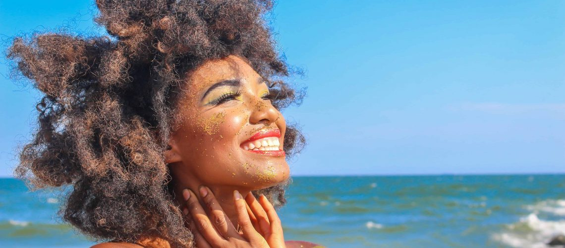 afro-hair-beach-blur-2531353
